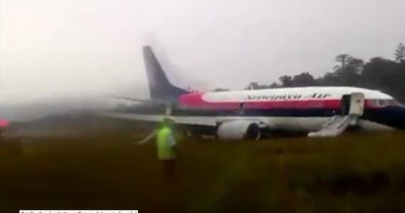 Boeing B737 indonezyjskiej linii Sriwijaya Air podczas lądowania na lotnisku Manokwari w Indonezji wypadł z pasa startowego. Przyczyną wypadku były prawdopodobnie złe warunki atmosferyczne i śliska nawierzchnia płyty lotniskowej. Na pokładzie samolotu znajdowało się 146 pasażerów. Na miejsce skierowano straż pożarną i karetki pogotowia. Według lokalnych mediów, nikomu nic się nie stało.