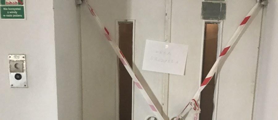 Winda, która według strażaków zerwała się w Wojskowym Instytucie Medycznym przy ulicy Szaserów w Warszawie, miała wszystkie wymagane certyfikaty bezpieczeństwa. W środku był dwie kobiety. Na szczęście żadnej z nich się nie stało.