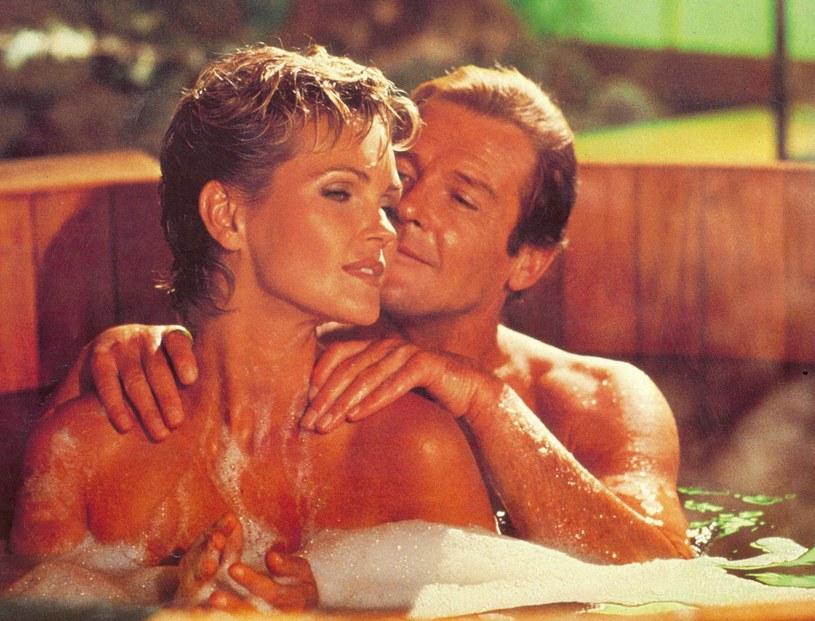 Był najsłynniejszym odtwórcą roli Jamesa Bonda w historii. To jemu agent 007 zawdzięcza wizerunek przystojnego, odważnego, ale i dowcipnego dżentelmena z klasą. Bo właśnie taki był Roger Moore. Z Bondem łączyły go nie tylko te cechy, ale też słabość do pięknych kobiet. Miał wiele romansów, a ślub brał cztery razy. Ostatnia żona, Kristina Tholstrup, czuwała przy nim do końca.