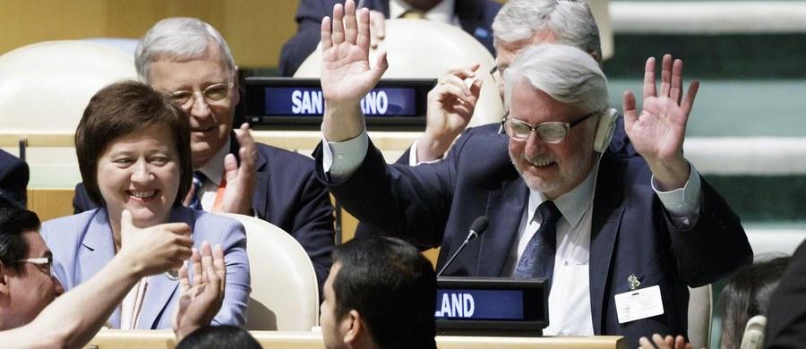 Zgromadzenie Ogólne Narodów Zjednoczonych wybrało w tajnym głosowaniu Polskę na niestałego członka Rady Bezpieczeństwa ONZ na lata 2018-19. Nasze państwo było jedynym kandydatem z grupy państw Europy Wschodniej (EEG) ubiegającym się o to miejsce. Polska, która otrzymała 190 głosów (dwa państwa się wstrzymały), swoją kandydaturę zgłosiła w roku 2009. W tajnym głosowaniu na niestałych członków wybrano także Kuwejt, Peru, Wybrzeże Kości Słoniowej oraz Gwineę Równikową.