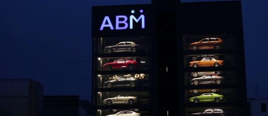 W 15-piętrowym szklanym budynku w Singapurze znajduje się 60 luksusowych samochodów marek takich jak Porsche, Bentley czy Mclaren. Proces wypożyczenia auta nie różni się wiele od zakupu napoju w tradycyjnym automacie.