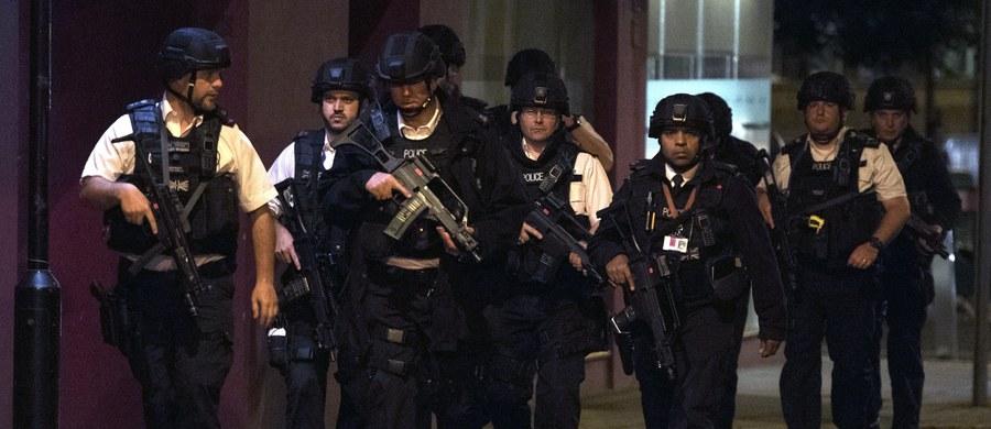 W Londynie doszło do dwóch ataków terrorystycznych. 7 osób zostało zabitych, a 48 rannych trafiło do szpitali. Trzej sprawcy zostali zastrzeleni przez policję. Zamachowcy najpierw wjechali samochodem w pieszych na moście London Bridge, a następnie zaatakowali ludzi nożami w pobliżu Borough Market. Wydarzenia w stolicy Wielkiej Brytanii śledziliśmy w relacji minuta po minucie. Zobaczcie jej zapis.