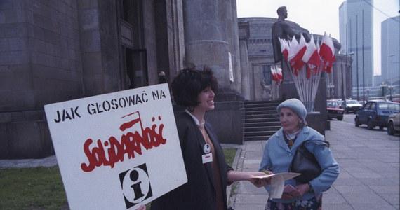 """""""Wiele rzeczy, które dziś uważamy za oczywiste to efekt tego, co wydarzyło się 4 czerwca. To, że dziś możemy jeździć po większej części Europy bez żadnych formalności to dla wielu osób młodych oczywistość. To tak, jakby nam ktoś w latach 70. tłumaczył, że można łatwo pojechać do Zakopanego, a przed II wojną światową to było w innym państwie. Dzięki między innymi tej dacie z Warszawy do Lizbony zrobiło się dużo bliżej niż wcześniej"""" - mówi w rozmowie z dziennikarzem RMF FM Rafał Dymek, politolog i dyrektor Fundacji Schumana."""