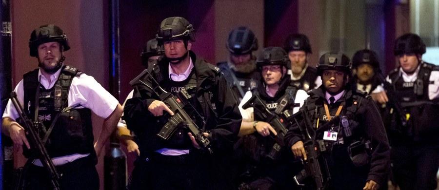 """Londyńska policja metropolitalna poinformowała, że interweniujący policjanci oddali w kierunku napastników odpowiedzialnych za sobotni zamach """"bezprecedensową liczbę"""" ponad 50 strzałów, """"aby mieć absolutną pewność, że zneutralizowali zagrożenie""""."""