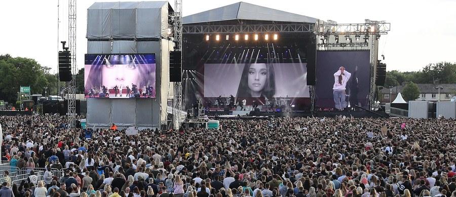 """Ponad 50 tysięcy osób uczestniczyło w niedzielę wieczorem na stadionie krykieta Old Trafford w Manchesterze w wyjątkowym koncercie charytatywnym """"One Love Manchester"""" na rzecz rodzin ofiar i poszkodowanych w zamachu terrorystycznym w tym mieście 22 maja. Blisko dwa tygodnie temu po koncercie amerykańskiej piosenkarki Ariany Grande zamachowiec samobójca wysadził się w powietrze w pobliżu wejścia do hali, zabijając 22 osoby i raniąc ponad 120. W zamachu zginęła dwójka Polaków."""