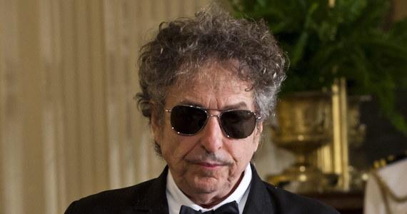 """Laureat literackiej Nagrody Nobla z 2016 roku, poeta i pieśniarz Bob Dylan przekazał Akademii Szwedzkiej przyznającej to wyróżnienie tradycyjną mowę noblowską, co było warunkiem, by otrzymał 819 tys. euro - przekazała sekretarz Akademii Szwedzkiej. """"Mowa jest wspaniała i - jak mogliśmy tego oczekiwać - wyrazista. Wraz z przekazaniem mowy przygoda z Dylanem dobiega końca"""" - napisała na swym blogu Sara Danius."""