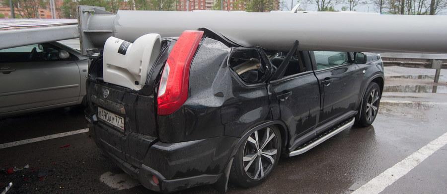 Zaskakujący pomysł w Rosji - meteorolodzy za podawanie nieprawdziwych i niesprawdzający się prognoz pogody mają być karani. Taka idea pojawiła się po huraganie, który 29 maja przeszedł nad Moskwą. Zginęło wówczas 16 osób, a ponad 150 zostało rannych. Setki samochodów zostało zniszczonych, a wiatr powalił ponad 4 tysiące drzew.