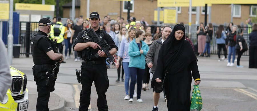 Brytyjska policja poinformowała w poniedziałek późnym wieczorem o zwolnieniu z aresztu 23-letniego mężczyzny zatrzymanego w związku z zamachem terrorystycznym w Manchesterze, w którym zginęły 22 osoby, a 119 zostało rannych. Według mediów to brat zamachowca.