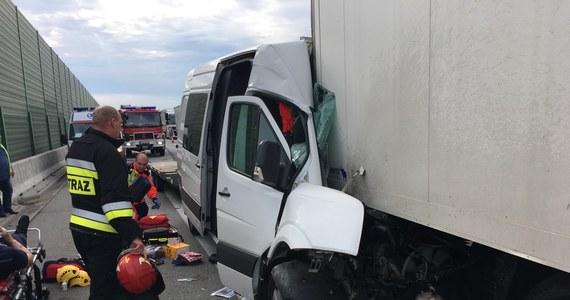 Dwie osoby zostały ranne w wypadku na autostradzie A2. 16 km przed granicą w Świecku ruch został całkowicie wstrzymany. Po weekendzie i Zielonych Świątkach Niemcy otworzyli granicę dla ciężarówek.