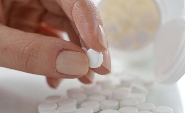 Jest nadzieja dla osób cierpiących na najcięższe przypadki chłoniaka. Agencja Oceny Technologii Medycznych i Taryfikacji rozpatruje wiosek refundacyjny ws. leku Ibrutynib dla wąskiej grupy pacjentów: zapowiedziała, że do końca czerwca wyda rekomendację ws. stosowania tego preparatu u chorych na przewlekłą białaczkę limfocytową, którzy ze względu na pewne genetyczne mutacje nie reagują na chemioterapię i inne metody leczenia. To reakcja na nasze doniesienia o wcześniejszych negatywnych rekomendacjach Agencji dla Ibrutynibu.