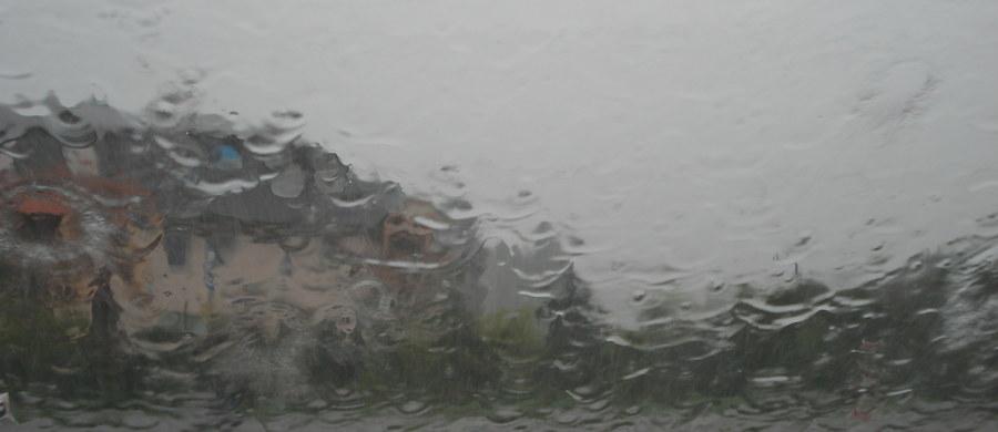 W ciągu najbliższych godzin niemal nad całym krajem przejdą burze z gradem - informuje Rządowe Centrum Bezpieczeństwa. Ostrzeżenia dla 13 województw wydał Instytut Meteorologii i Gospodarki Wodnej.