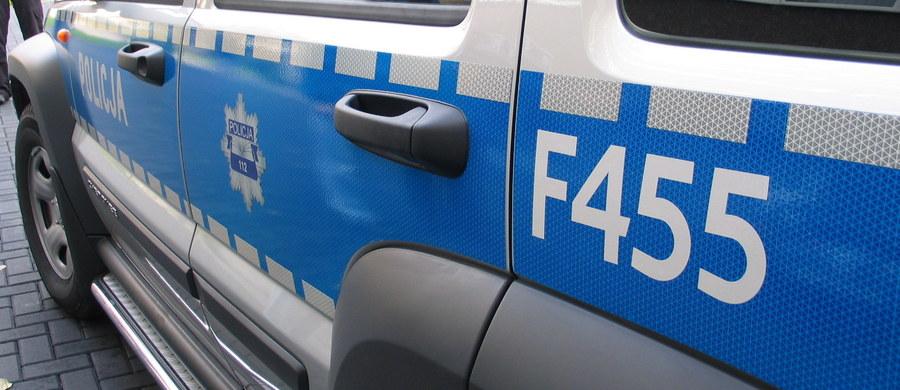W stolicy późnym wieczorem trwała obława na sprawców napadu na warszawskim Mokotowie. W przebraniu robotników zaatakowali właściciela kantoru walut, który ulicą Wołoską szedł z utargiem w stronę banku. Aby go obezwładnić, napastnicy użyli gazu. Dwóch z czterech mężczyzn jest już w rękach policji.