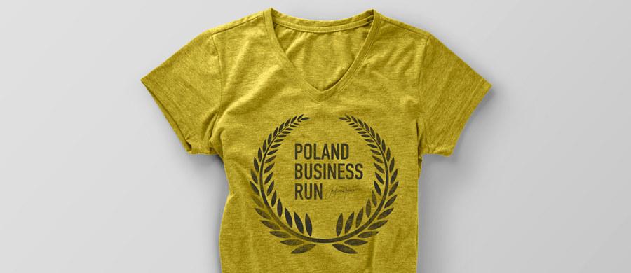 Łukasz Jemioł - jeden z ulubionych projektantów polskich gwiazd - stawia na kolor żółty! W takim właśnie kolorze jest koszulka, którą zaprojektował na potrzeby akcji Pomagam Bardziej. Co miesiąc trafiać będzie ona do drużyny, która zbierze największą kwotę. Zgromadzone w taki sposób pieniądze zostaną przekazane na zakup protez dla osób z niepełnosprawnością ruchową. Pierwsze koszulki zostaną rozdane już w lipcu!