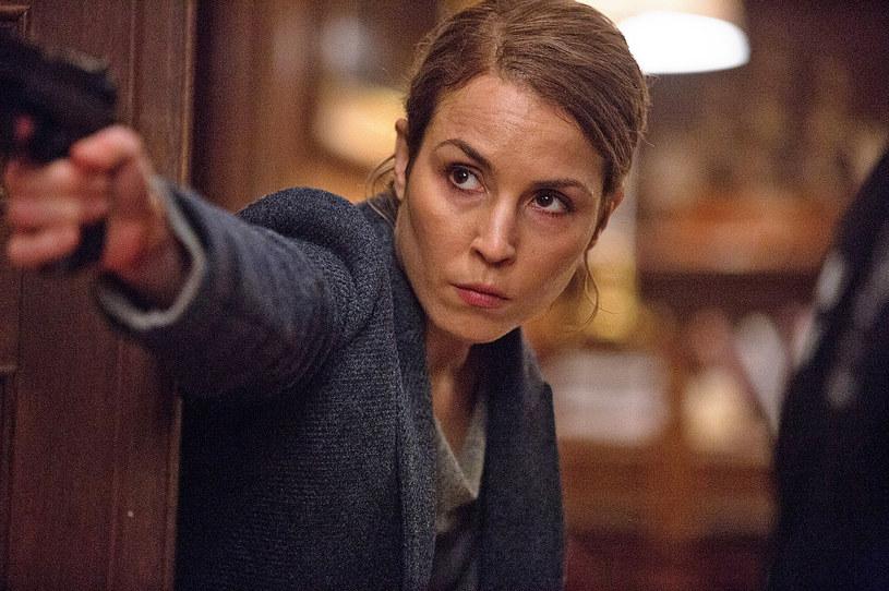 """""""Tożsamość zdrajcy"""", najnowszy film reżysera Michaela Apteda (""""Świat to za mało""""), to thriller, którego fabuła niepokojąco zbliża się do rzeczywistości, w której nie ma tygodnia, byśmy nie słyszeli o kolejnych aktach terroru. W filmie z zagrożeniem mierzy się agentka CIA Alice Racine."""