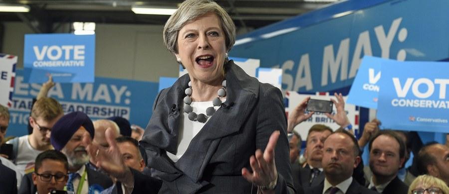 Dłuższe wyroki dla osób skazanych za terroryzm i wprowadzenie łatwiejszych procedur deportacji obcokrajowców podejrzanych o działalność terrorystyczną – to najnowsze zapowiedzi rządu premier Theresy May w przeddzień wyborów parlamentarnych w Wielkiej Brytanii. Podyktowane zostały niedawnymi zamachami w Manchesterze i Londynie.