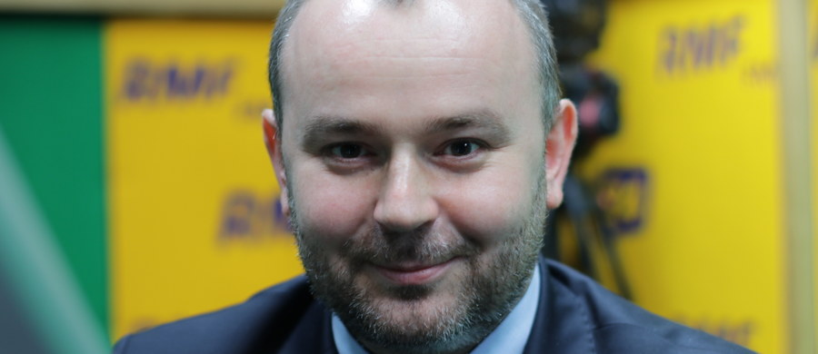 """""""Pani minister Małgorzata Sadurska jest szefem kancelarii prezydenta, wykonuje swoje obowiązki i taki stan rzeczy mamy obecnie. Jeżeli chodzi o kwestię na przyszłość, to wracałbym do przepisu art. 143 Konstytucji"""" - powiedział w Popołudniowej rozmowie w RMF FM prezydencki minister Paweł Mucha, pytany o to, dlaczego prezydencka kancelaria nie zaprzecza doniesieniom o przejściu Małgorzaty Sadurskiej z kancelarii prezydenta do władz PZU. """"Pan prezydent nikogo do żadnych spółek nie posyła. Nie jest to kompetencja prezydenta RP"""" - dodał Mucha. Gość Marcina Zaborskiego, pytany o to, czy odbędzie się spotkanie prezydenta Andrzeja Dudy z liderami klubów parlamentarnych, na którym mieliby dyskutować o referendum ws. konstytucji, oświadczył: """"Oczywiście"""". """"Punktem wyjścia jest spotkanie z marszałkiem Sejmu i marszałkiem Senatu (spotkanie ma odbyć się w czwartek), i w ramach dalszego procedowania to zaproszenie jest podtrzymywane dla wszystkich liderów ugrupowań parlamentarnych"""" - powiedział gość Popołudniowej rozmowy w RMF FM."""