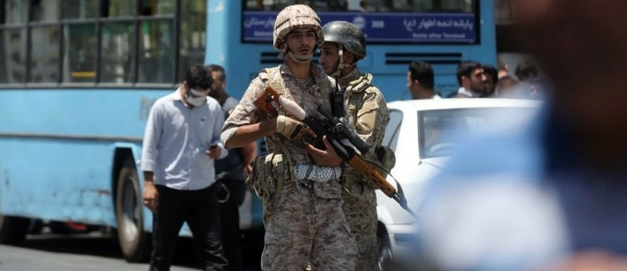 Pięciu podejrzanych zostało zatrzymanych w Teheranie po dwóch zamachach, do których doszło w środę w irańskiej stolicy - poinformował komendant teherańskiej policji Husejn Sajedinia, cytowany przez agencję ISNA. Szef stołecznej policji dodał, że zatrzymani zostali objęci śledztwem w sprawie zamachów.