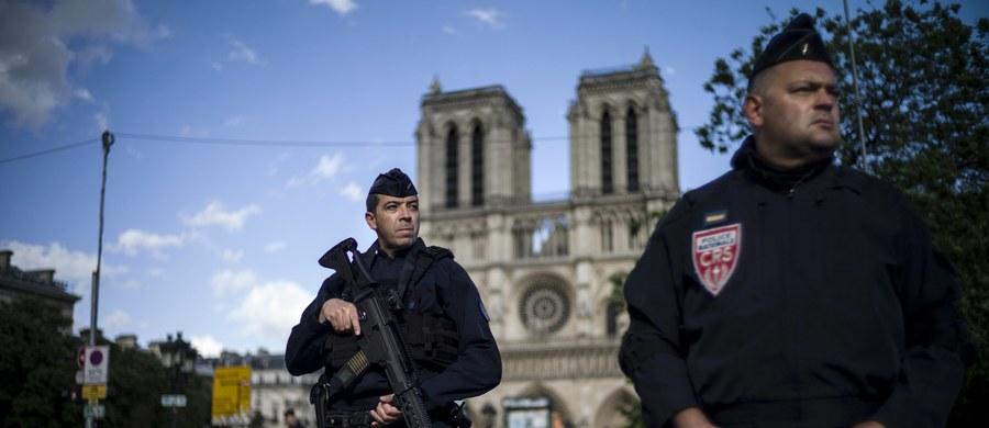 40-letni Algierczyk, który zaatakował młotkiem policjantów pod paryską katedrą Notre Dame, w przeszłości pracował jako dziennikarz dla kilku szwedzkich mediów. Dostał też nagrodę od Komisji Europejskiej.