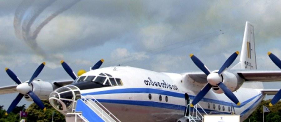 Szczątki samolotu wojskowego, który rozbił się w środę, znaleziono na morzu, na 35 km od położonego na południu Birmy portowego miasta Launglon. Okręt uczestniczący w akcji poszukiwawczej wydobył trzy ciała: dwojga dorosłych i dziecka - podała birmańska armia. Po kilku godzinach ekipy ratowniczo-poszukiwawcze odnalazły ciała kolejnych 7 ofiar. Łącznie wyłowiono 10 z 122 osób, które były na pokładzie.