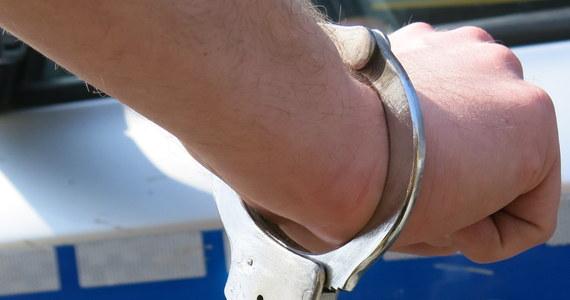 Łódzki sąd aresztował w środę 38–letniego mężczyznę, który podejrzany jest o usiłowanie zabójstwa ze szczególnym okrucieństwem. Mężczyzna oblał substancją łatwopalną swojego znajomego, a następnie go podpalił. Grozi mu nawet dożywocie.
