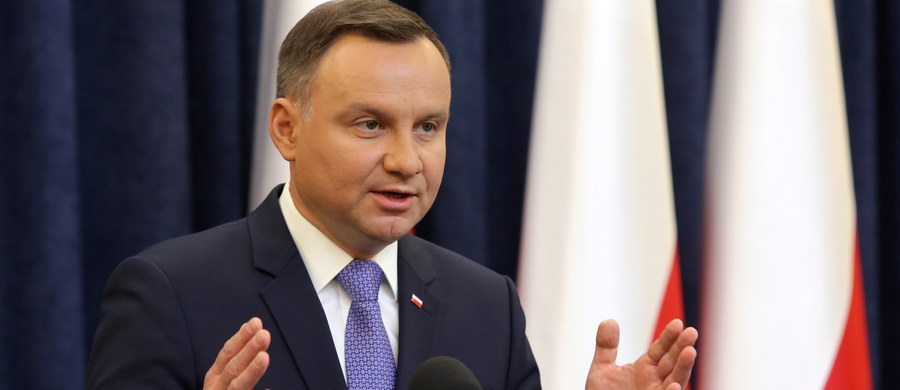 """""""Chciałbym, aby Polacy w referendum w sprawie konstytucji wypowiedzieli się, co do kierunków ustrojowych, jakie widzą dla Rzeczypospolitej na następne dziesięciolecia"""" - oświadczył rezydent Andrzej Duda. """"Jeśli mówimy o referendum w sprawie uchodźców, to mogłoby się ono odbyć w dacie wyborów parlamentarnych w 2019 roku""""- dodał. Jak powiedział, nie jest zwolennikiem łączenia referendum konstytucyjnego z kwestią uchodźców. """"Dla mnie to dwie zupełnie rozłączne sprawy"""" - powiedział."""