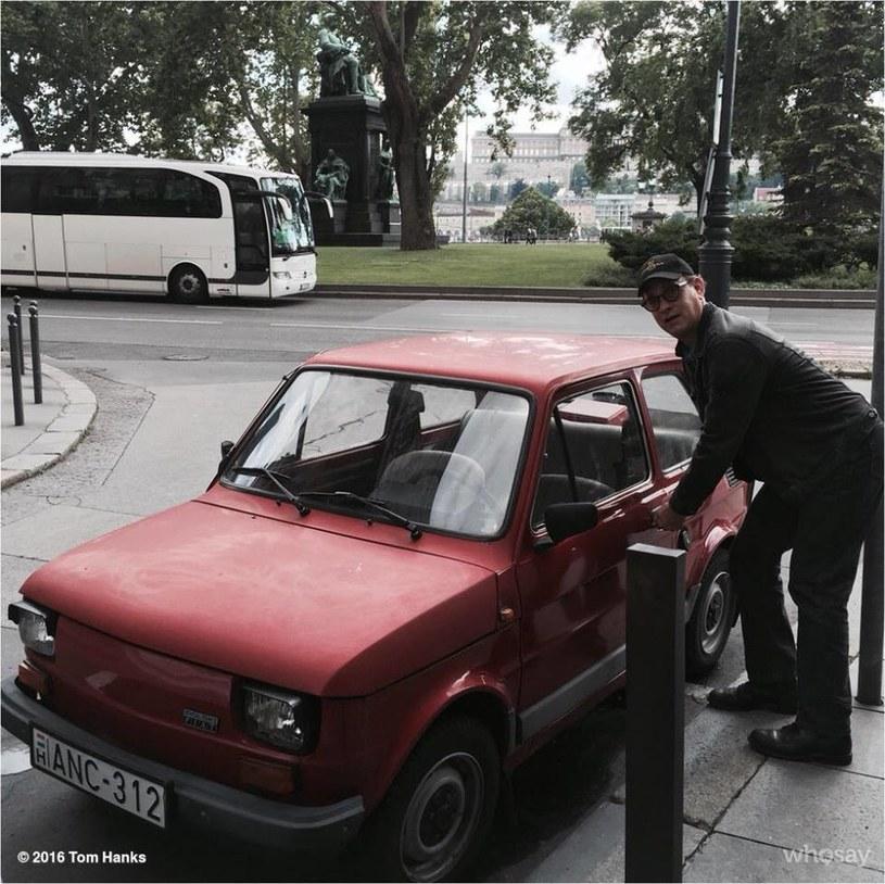 Najpierw Tom Hanks zakochał się w polskim Maluchu, czyli Fiacie 126p. Potem w głowie bielszczanki Moniki Jaskólskiej zrodził się pomysł, żeby gwiazdorowi podarować takie auto. Teraz to hollywoodzki aktor sprawiał niespodziankę pomysłodawczyni akcji.