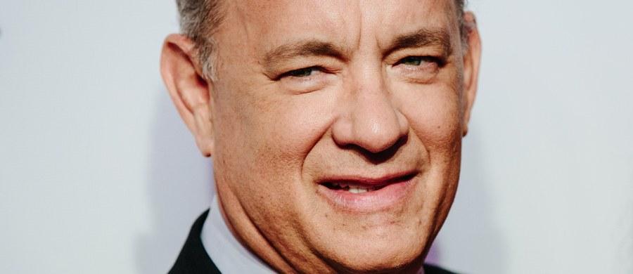 Takie życzenia urodzinowe to prawdziwa gratka. Tom Hanks nie zapomina o niezwykłym prezencie od mieszkanki Bielska-Białej – czyli Fiacie 126p. Aktor złożył na Facebooku życzenia urodzinowe pani Monice. W tłumaczeniu pomagał mu Janusz Kamiński - polski operator mieszkający w Stanach Zjednoczonych, zdobywca Oscara.