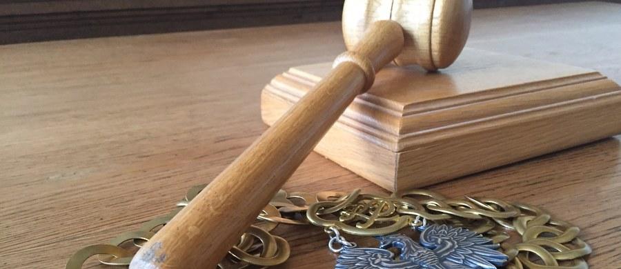 Zarzuty stworzenia grupy przestępczej oraz oszustw znacznej wartości usłyszeli trzej mężczyźni, którzy stosując karuzelę podatkową VAT, wyłudzili 14,4 mln zł. Zostali tymczasowo aresztowani przez sąd na trzy miesiące – poinformowała Prokuratura Krajowa.
