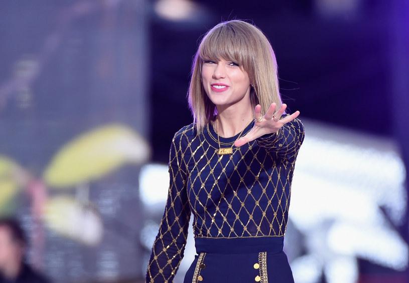 """Taylor Swift świętuje sprzedaż ponad 10 mln egzemplarzy płyty """"1989"""" i ponad 100 mln piosenek. Z tej okazji amerykańska wokalistka udostępniła swoje utwory na wszystkich serwisach streamingowych."""