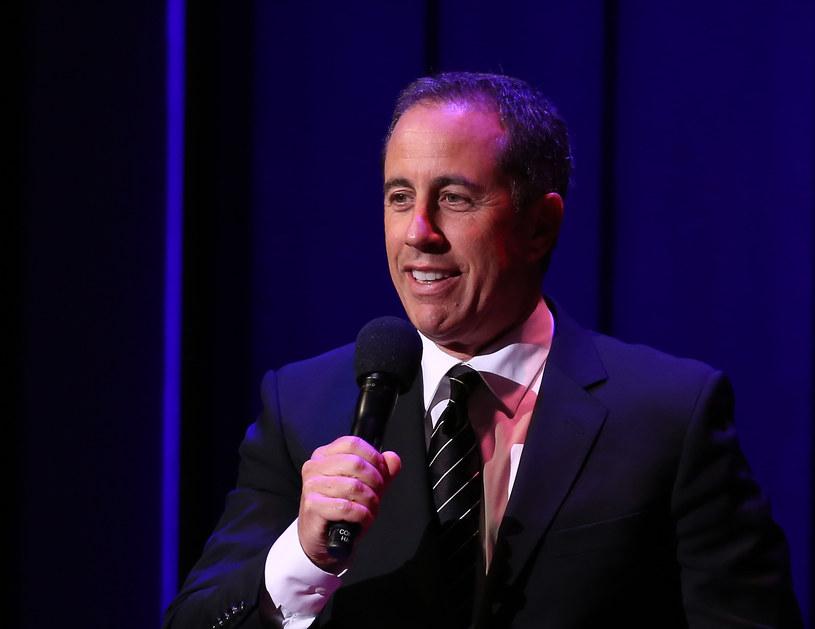 Spotkanie Keshy i Jerry'ego Seinfelda, w trakcie którego aktor nie chciał przytulić się z wokalistką na czerwonym dywanie, sprowokowało mnóstwo żartów na temat całego zajścia. Seinfeld wytłumaczył, jak wyglądało to z jego perspektywy.