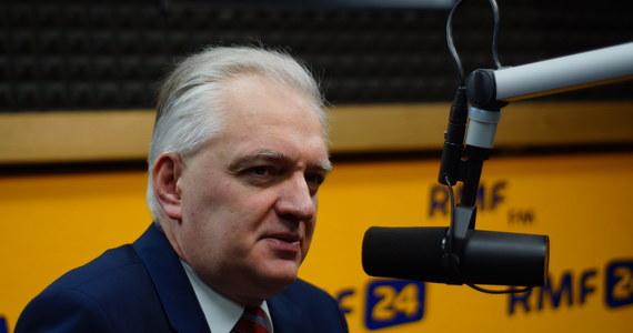 """""""Spodziewam się - choć to są spekulacje - że będzie mowa o zwiększeniu bezpieczeństwa w naszej części Europy"""" - powiedział Gość Krzysztofa Ziemca w RMF FM, minister szkolnictwa wyższego Jarosław Gowin, odnosząc się do informacji o lipcowej wizycie prezydenta USA Donalda Trumpa w Polsce i przemówieniu, które ma wtedy wygłosić. """"Ta wizyta będzie najlepszym dowodem, że mówienie o izolacji Polski na arenie międzynarodowej można włożyć między bajki"""" - ocenił minister. Pytany o Małgorzatę Sadurską i transfer z kancelarii prezydenta do PZU, powiedział: """"Ja podchodzę do tej sprawy chłodno. O takich kwestiach - nie ukrywam - rozmawiamy na forum koalicyjnym"""". Wicepremier odniósł się także do najnowszych sondaży. """"Co do sondaży, przeprowadzanych na 2,5 roku przed wyborami, to ja nie przywiązuję do nich żadnej wagi. Nie przestraszę się sondaży, z których będzie wynikało, że poparcie nam spada i nie wpadam w euforię z powodu tego, że we wczorajszym sondażu mamy dwukrotną przewagę nad następną partią"""" - powiedział Gość Krzysztofa Ziemca. """"Jeżeli w 2019 roku, przed wyborami, Polacy dojdą do wniosku, że my też ulegliśmy arogancji władzy, to nie okażą nam miłosierdzia"""" - stwierdził Gowin. """"Pycha, zawłaszczanie państwa, upartyjnianie - to jest coś, na co Polacy są szczególnie uwrażliwieni i musimy o tym pamiętać"""" - dodał."""