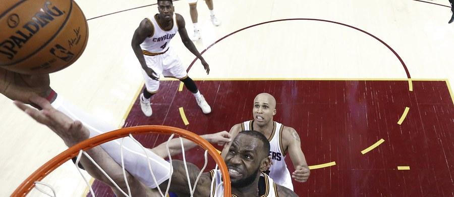 Gwiazdor Cleveland Cavaliers LeBron James w wygranym meczu z Golden State Warriors 137:116 poprawił najlepsze osiągnięcia w finałach play off należące do Michaela Jordana i Magica Johnsona. W czwartym spotkaniu o mistrzostwo ligi NBA padło też kilka innych rekordów.