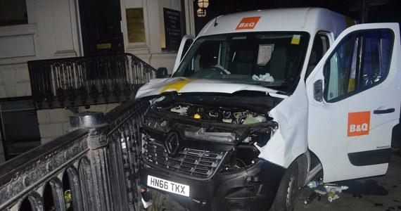 Jeden z trzech napastników, który dokonał zamachu na London Bridge w stolicy Wielkiej Brytanii, chciał wynająć większą ciężarówkę - podała brytyjska policja. Płatność kartą płatniczą, z której korzystał 27-letni Khuram Shazad Butt, została odrzucona, dlatego zamachowcy wynajęli mniejszy samochód. Wynajęcie ciężarówki mogłoby spowodować o wiele większe straty w ludziach - podkreśla policja.