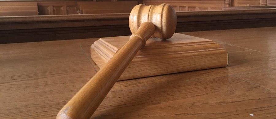 """Warszawski sąd zgodził się na aresztowanie na trzy miesiące b. prezesa Sądu Apelacyjnego w Krakowie sędziego Krzysztofa S. Jest on podejrzany m.in. o udział w zorganizowanej grupie przestępczej i przyjęcie korzyści majątkowej w wysokości co najmniej 376 tys. zł. Rozstrzygając wniosek prokuratury """"sąd wziął pod uwagę realną obawę matactwa oraz zagrożenie surową karą"""" - poinformowała rzeczniczka warszawskiego sądu okręgowego ds. karnych sędzia Anna Ptaszek. Dodała, że okres zastosowanego aresztu wyznaczono do 6 września 2017 r."""