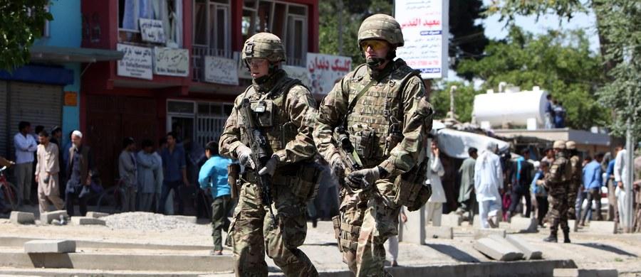 Afgański wojskowy w prowincji Nangarhar zabił trzech amerykańskich żołnierzy. Do zorganizowania ataku przyznali się talibowie. ONZ potwierdziło, że doszło do ataku, jednak odmówiono komentarza.