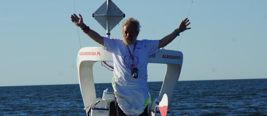 """""""Wpłynąłem wreszcie na Golfsztrom"""" - poinformował kajakarz Aleksander Dob po trzech tygodniach zmagań z przeciwnymi wiatrami na Północnym Atlantyku. 70-letni kajakarz swoją trzecią transatlantycką wyprawę rozpoczął na wodach Zatoki Nowojorskiej. 23. dnia od opuszczenia lądu Doba pobił rekord prędkości, przepływając 105 mil morskich (około 200 kilometrów), co daje zawrotną prędkość 4,5 węzła"""" – podkreślił Jacek Pietraszkiewicz, nawigator Trzeciej Transatlantyckiej Wyprawy Kajakowej."""