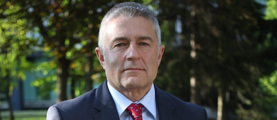 Działacz opozycji PRL Władysław Frasyniuk odpowie za naruszenie nietykalności cielesnej policjanta, a siedem innych osób za złośliwe przeszkadzanie w wykonywaniu aktu religijnego podczas miesięcznicy smoleńskiej - poinformowała stołeczna policja.