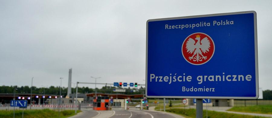 Ponad 2100 obywateli Ukrainy przekroczyło bez wiz granicę Polski do godziny 18; dwóm osobom odmówiono wjazdu - poinformowała w niedzielę PAP rzeczniczka Komendy Głównej Straży Granicznej ppor. Agnieszka Golias.