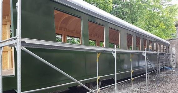 Wierna replika dwóch wagonów pociągu, którym podróżował Adolf Hitler powstaje w Pałacu Jedlinka w Jedlinie Zdroju na Dolnym Śląsku. Projekt kosztował ponad 200 tysięcy złotych. W wagonach odtworzono wiernie sypialnie, pokoje i łazienki. Wnętrza będzie można zwiedzać już od 17 czerwca. Miłośnicy historii przyznają - to prawdopodobnie pierwszy taki projekt, na taką skalę.