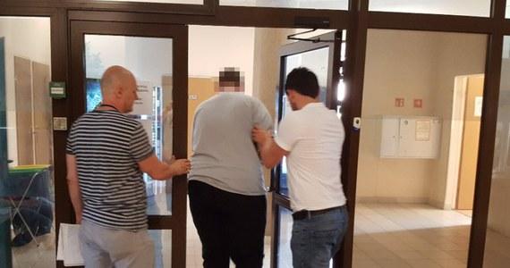 Fałszywy medyk w rękach policjantów z Piaseczna. Mężczyzna przedstawiał się jako ortopeda i podawał dane prawdziwego lekarza. Do sprawy dotarł reporter RMF MAXXX Przemek Mzyk.
