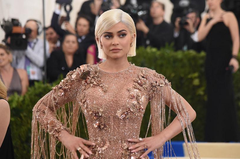 """Nowa kolekcja bikini 19-letniej celebrytki nie spotkała się z ciepłym przyjęciem. Kylie Jenner zarzucono, że pomysł na stroje skopiowała z teledysku """"Survivor"""" Destiny's Child."""