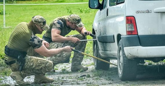 Ewakuacja blisko 700 osób z zespołu szkół w miejscowości Warlubie niedaleko Świecia w województwie kujawsko-pomorskim. Pod jednym z zaparkowanych przed budynkiem samochodów znaleziono przedmiot przypominający bombę.