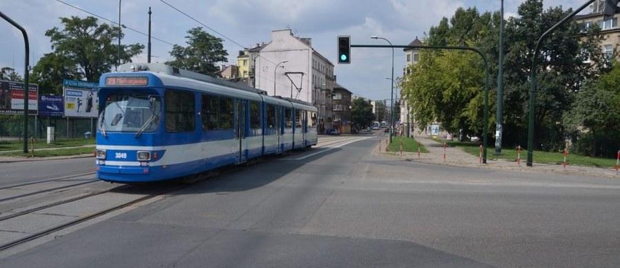 Są prokuratorskie zarzuty dla mężczyzny, który w sobotę w krakowskim tramwaju ugodził nożem 16-latka. Sprawca jest podejrzany nie tylko o spowodowanie ran zagrażających życiu, ale też o proponowanie łapówki policjantom w zamian za odstąpienie od zatrzymania mężczyzny. 55-letni Stefan S. miał też znieważyć policjantów.