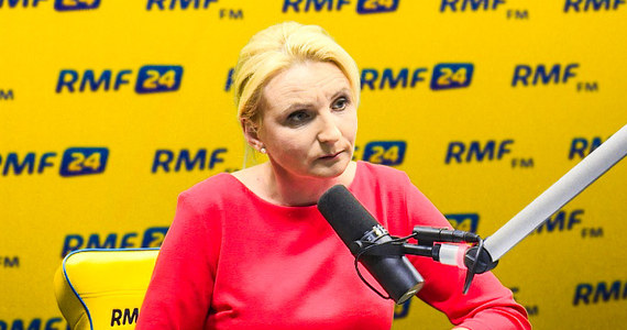 """""""Prezydent powiedział wyraźnie, że to jest referendum konsultacyjne, że dla niego jest to ważne, żeby zapytać Polaków o kierunki zmian konstytucyjnych"""" - powiedziała w Popołudniowej rozmowie w RMF FM posłanka Kukiz'15 Agnieszka Ścigaj. Przypomniała także, że o zmianie konstytucji wcześniej mówił już Paweł Kukiz. """"My jesteśmy ruchem konstytucyjnym. Cieszymy się, że prezydent i jego ministrowie przychylili się do naszych postulatów i mówią z nami jednym językiem"""" – powiedziała posłanka. Ścigaj przekonywała także, że referendum ws. uchodźców powinno odbyć się jak najszybciej, gdyż KE wywiera na Polsce presję. """"Widzimy jak Komisja Europejska próbuje naciskać na rząd i boimy się, że polski rząd ugnie się przed tymi argumentami"""" – zaznaczyła. Pytana o przejście Małgorzaty Sadurskiej do PZU, odpowiedziała, że takie transfery są """"bardzo rażące"""". """"Jej kandydatura przekonałaby mnie, gdyby pani Sadurska powiedziałaby, że będzie aniołem stróżem PZU i będzie czuwać nad tą poprawną i dobrą linią tej firmy, ale zostając przy swojej starej pensji"""" – powiedziała rozmówczyni Marcina Zaborskiego."""