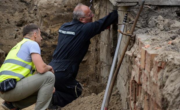 Na Łączce Cmentarza Wojskowego na warszawskich Powązkach, gdzie IPN poszukuje szczątków ofiar zbrodni komunistycznych, odkryto zbiorową jamę grobową. Do tej pory odsłonięto w niej szkielety trzech osób, jedna z ofiar została zamordowana tzw. metodą katyńską.