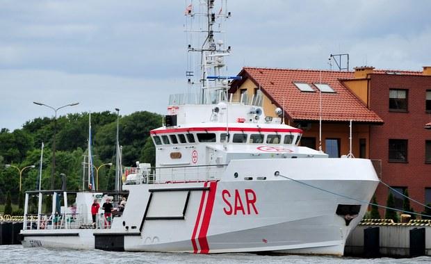 Bez powodzenia zakończyły się wieczorem w rejonie Zatoki Puckiej poszukiwania 32-letniego mężczyzny, który wypadł z katamaranu. Służby ratownicze wezwał drugi z żeglarzy, który o własnych siłach dopłynął do brzegu.