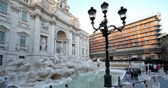 Od 40 do 240 euro - tyle wynosić będzie kara w Rzymie za jedzenie i picie koło historycznych fontann, siadanie na ich marmurowych brzegach, moczenie nóg, kąpiel czy mycie i pojenie zwierząt. Rozporządzenie podpisała burmistrz Virginia Raggi.