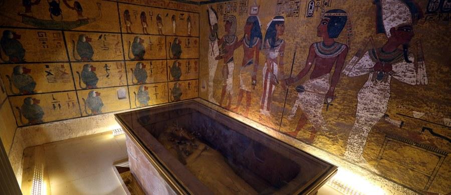 """Grobowiec Ramzesa VI w egipskiej Dolinie Królów już w starożytnych odwiedzali turyści, którzy podpisywali się imieniem i wymieniali uwagi, przypominające dyskusje na Facebooku czy forach turystycznych. Ściany grobowca """"przemówiły"""" dzięki badaniom prof. Adama Łukaszewicza z UW."""