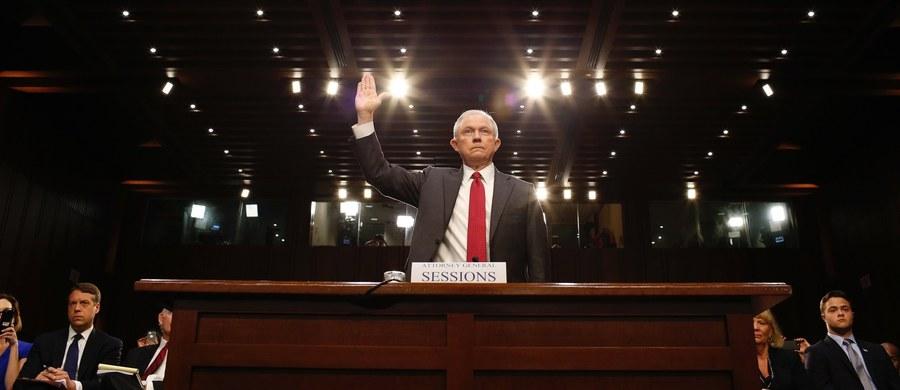 Minister sprawiedliwości i zarazem prokurator generalny USA Jeff Sessions, który zeznawał przed senacką komisją ds. wywiadu, powiedział, że nie jest mu nic wiadomo o współpracy osób z otoczenia prezydenta Donalda Trumpa z przedstawicielami Kremla.