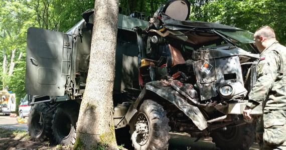 Sanitarka marki Star 266 prowadzona przez żołnierkę, uderzyła w przydrożne drzewo. Do tego wypadku doszło w poniedziałek na drodze wojewódzkiej nr 527 w miejscowości Kalnik w województwie warmińsko-mazurskim.